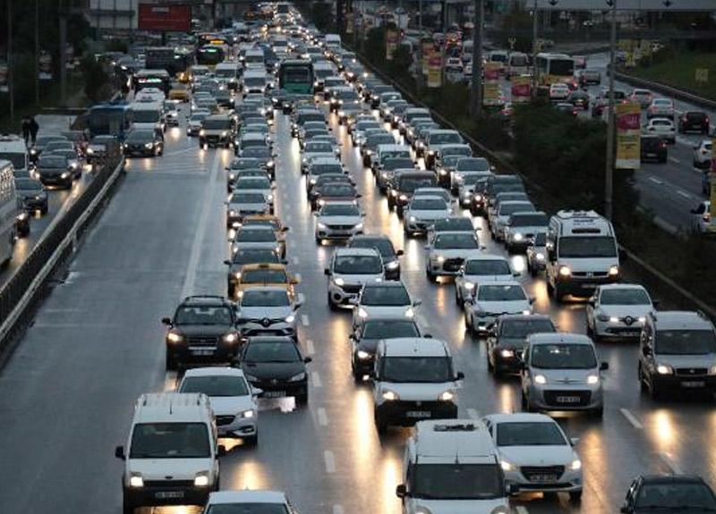 İstanbul'da yağmur trafiği sürüyor