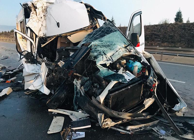 Bursaspor taraftarlarını taşıyan minibüs TIR'la çarpıştı! Çok sayıda taraftar yaralı...