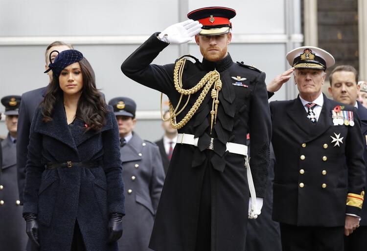 Prens Harry ve Meghan Markle İngiltere Kraliyet Ailesi'nin kıdemli üyeliğinden çekildi