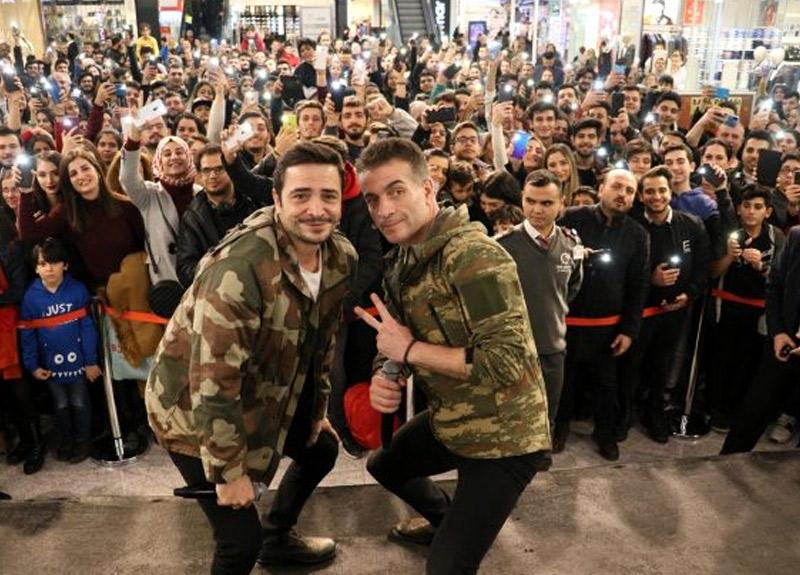 Baba Parası filmi oyuncuları Murat Cemcir ve Ahmet Kural kamuflaj giyerek seyirciyle buluştu