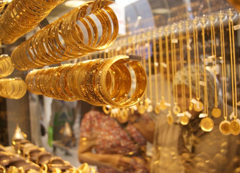 Coronavirüs endişeleriyle altın yükseldi, petrol düştü