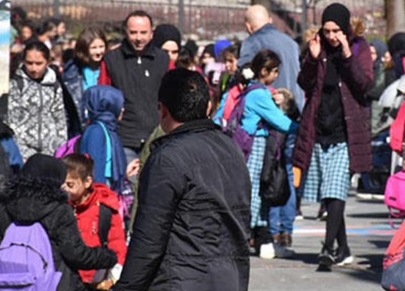 Sultangazi'de okuldaki dezenfekte çalışmaları sırasında 11 öğrenci hastaneye kaldırıldı!