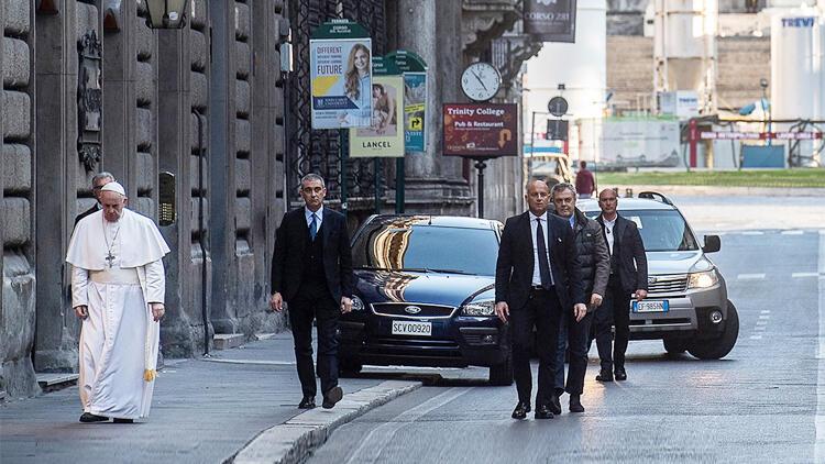 Papa Francis bomboş İtalya sokaklarında