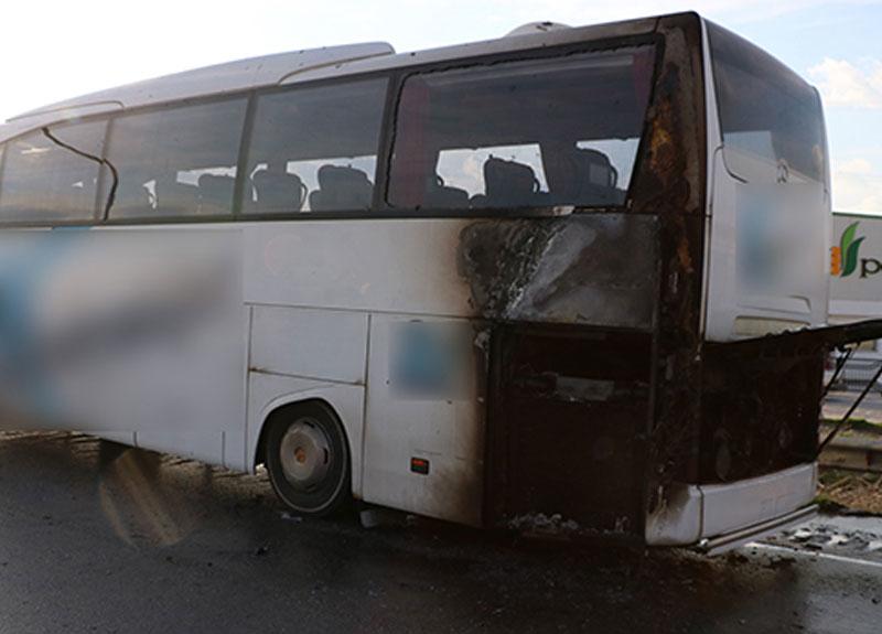 Manisa'da seyir halindeki otobüs alev aldı