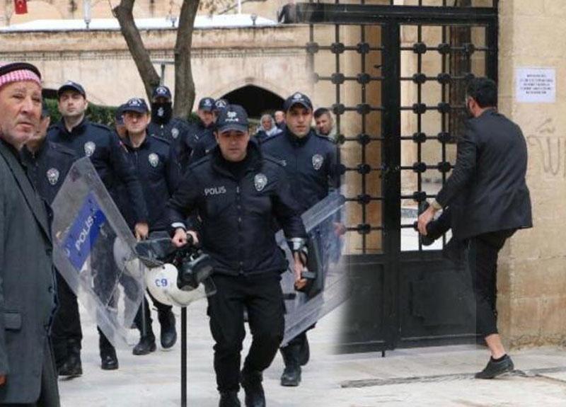 Şanlıurfa'da kilitli cami kapısını zorlayan cemaati polis engelledi