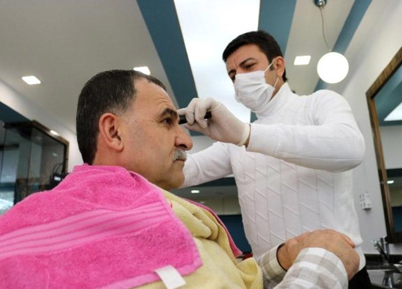 Kuaförler yaşlı müşterilerini evlerinde tıraş etmeye hazırlanıyor