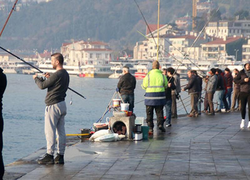 'Evde Kal' çağrılarına rağmen İstanbul'da sahillere akın bugün de sürüyor