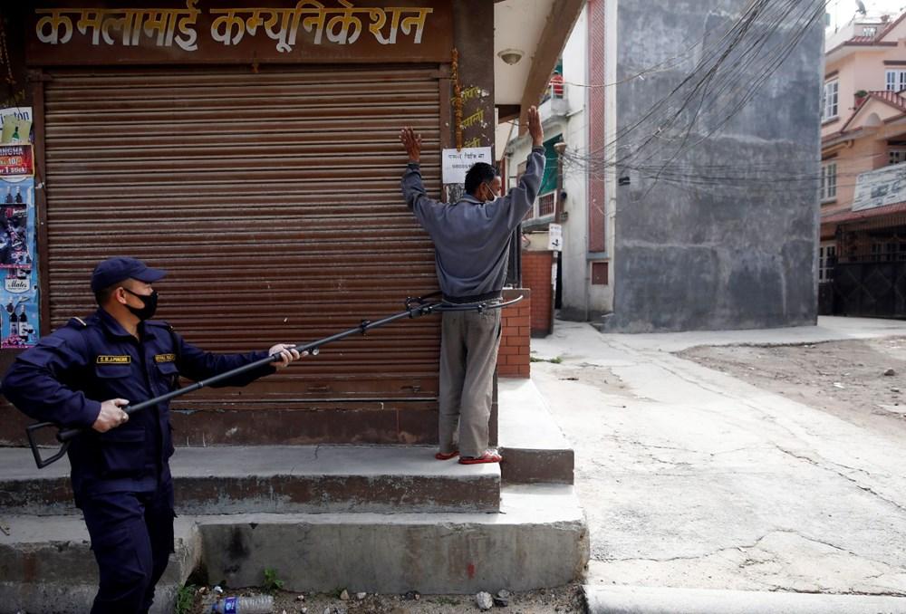 Koronavirüsle mücadele kapsamında Nepal'de yasağa uymayanları kafese kapattılar