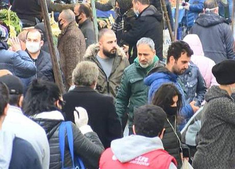 İstanbul'da kurulan semt pazarındaki kalabalık dikkat çekti