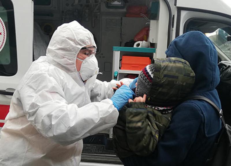 Hasta çocuklar metrobüs durağına çağrılan ambulans ile hastaneye götürüldü