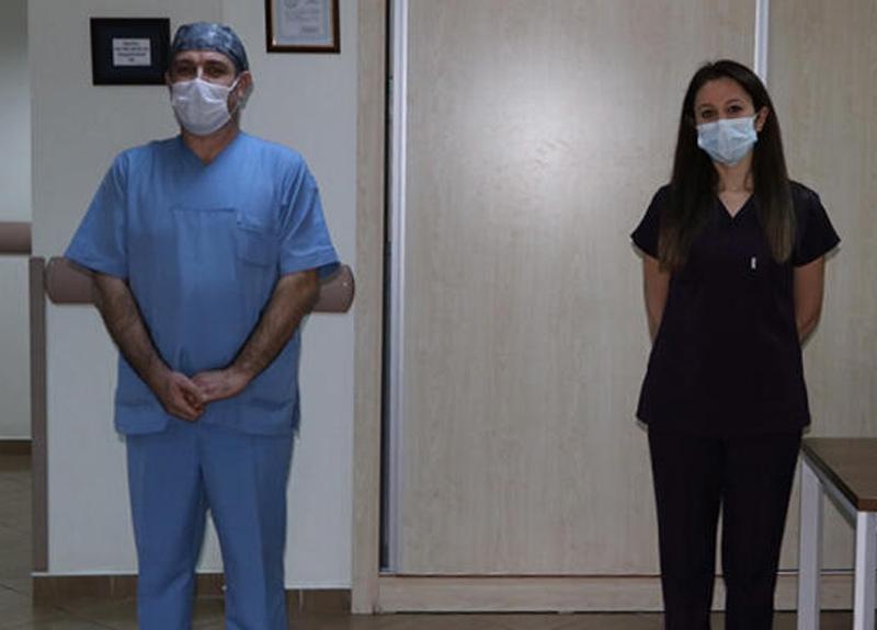 2 hemşire koronavirüsü yenerek alkışlarla göreve döndü