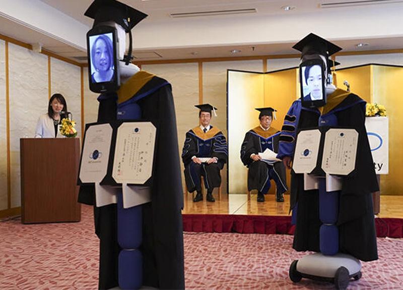 Koronavirüs nedeniyle robotlar aracılığıyla mezun oldular!