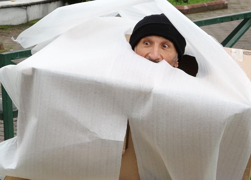 Bursalı tiyatrocu koronavirüs kostümü giyip sokağa çıkanları kovaladı...