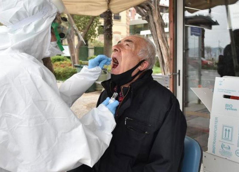 İzmir'de sokakta koronavirüs testi yaptılar
