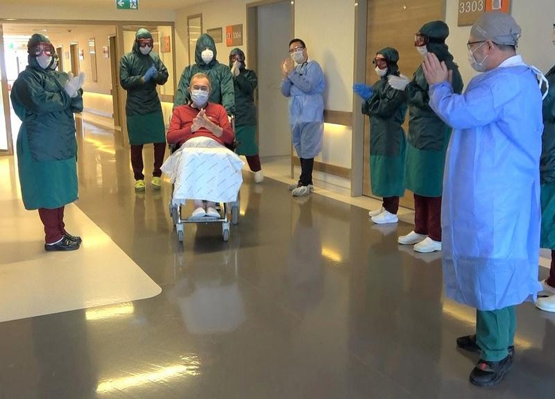 Doktorların ümidi kestiği 55 yaşındaki Cihan Yılmaz koronavirüsü yenip alkışlarla taburcu oldu