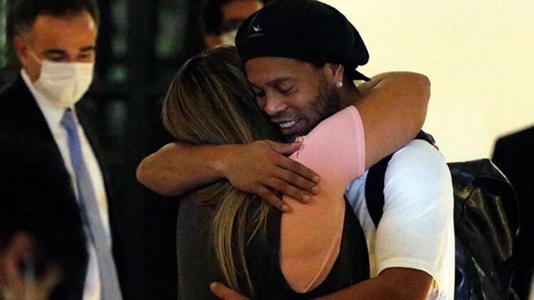 Brezilyalı eski yıldız futbolcu Ronaldinho'nun hapisten çıktıktan sonraki ilk görüntüleri ortaya çıktı