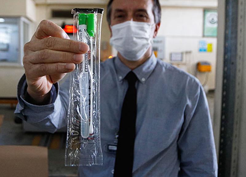 Koronavirüs testinde kullanılan çubuklar, el değmeden sterilize ediliyor