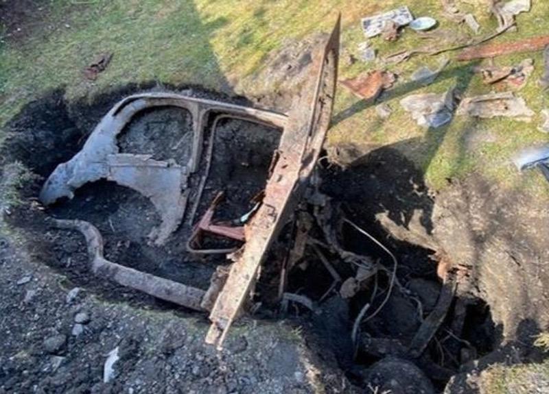 Koronavirüs nedeniyle karantinada olan adam, bahçesinde 1950 yılından kalma gömülü araba buldu