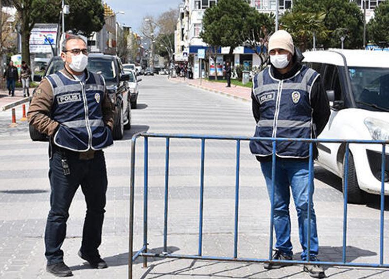 Balıkesir'in Gönen ilçesinde iki kişinin iş yeri önünde sohbet etmesi yasaklandı