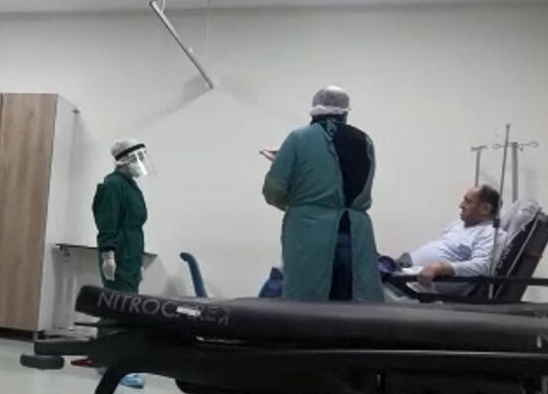 Koronavirüs belirtileri gösterince hastaneye geldi maske takmamak için direndi
