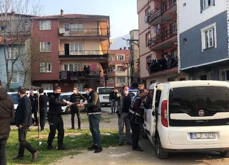Sokakta futbol oynadılar, kendilerini uyaran polise saldırdılar
