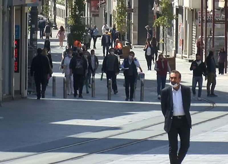 Taksim Meydanı ve İstiklal Caddesi havaların ısınmasıyla hareketlendi