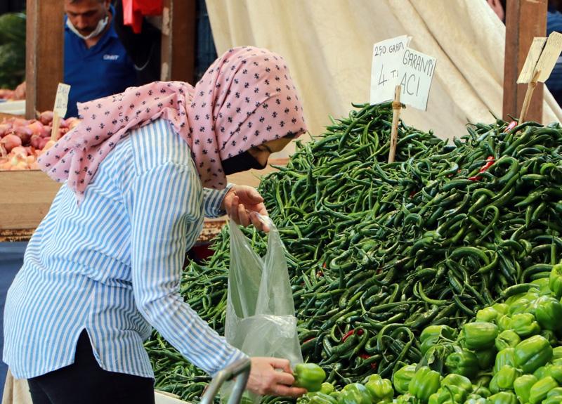 Adana'da meyve ve sebzeyi elleriyle seçen vatandaşlar kuralları hiçe saydı
