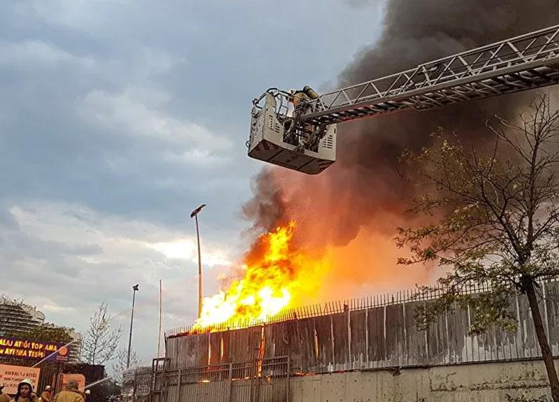 İstanbul İSTOÇ Ambalaj Atığı Toplama ve Ayırma Tesisi'nde yangın çıktı