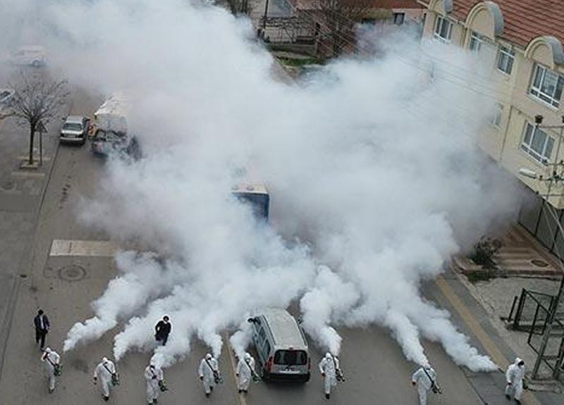 Koronavirüsün yayılımını önlemek için Ankara'da 80 kişilik ekip ile mahalleyi baştan aşağıya dezenfekte etti