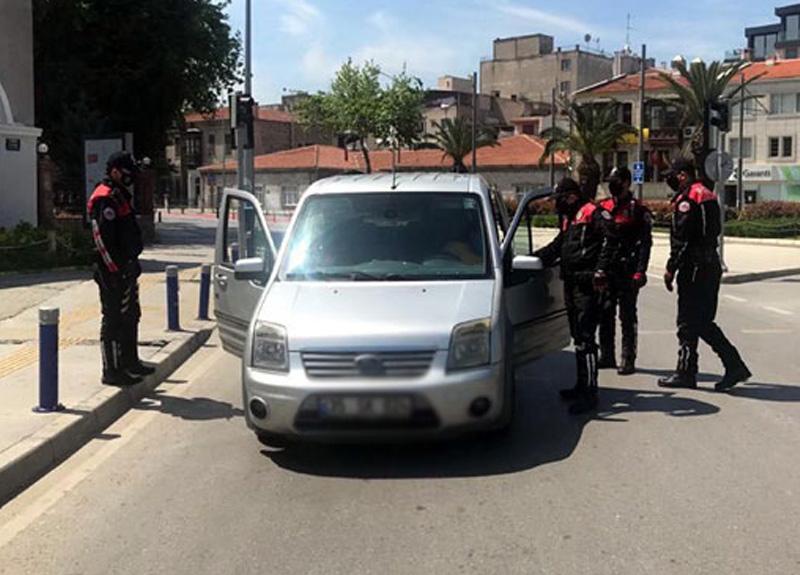 İzmir'de avukat Abdi Yaşar, sokağa çıkma kısıtlamalarını ihlal edenler için önemli açıklamalarda bulundu