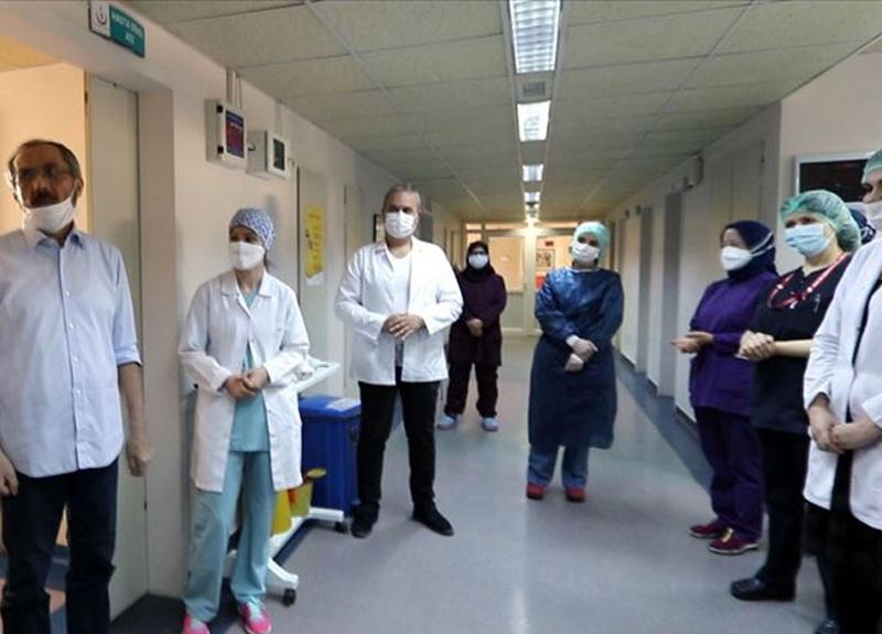 Amasya'da bir hastanede hayata döndürülen koronavirüs hastası alkışlarla taburcu edildi