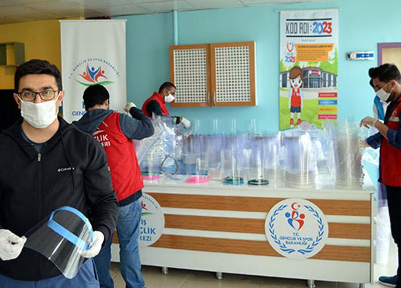 Van'da 8 görevli ve gönüllüler yüz siperliği ve maske üretip, ücretsiz dağıtıyorlar