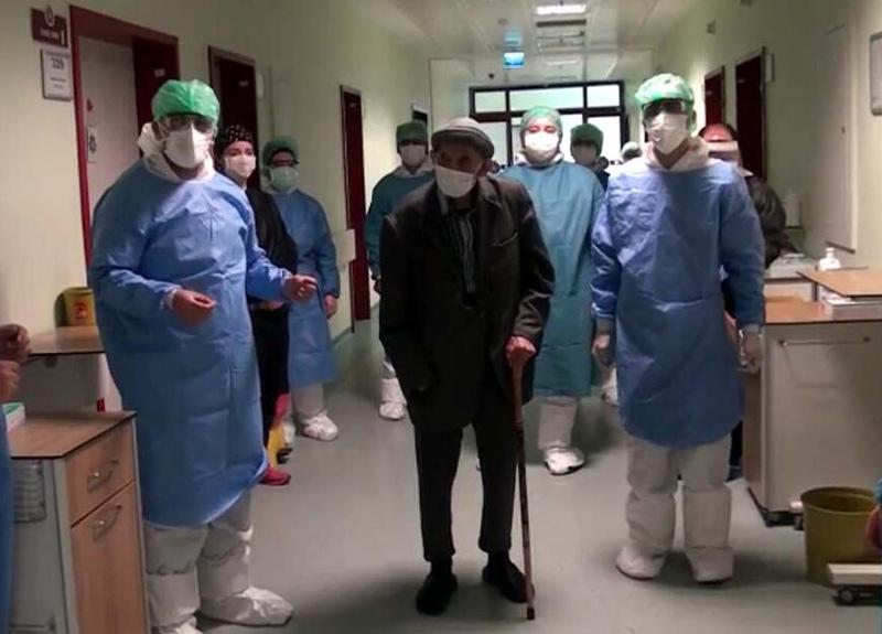 Koronavirüsü yenen 101 yaşındaki Ömer Diner alkışlarla taburcu edildi