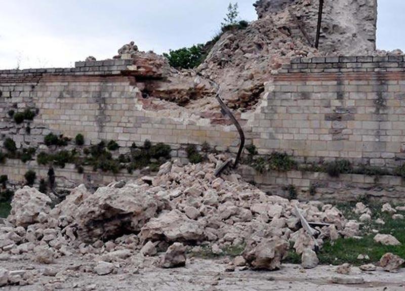 Topkapı Kaleiçi'nde tarihi surların bir kısmı çöktü!