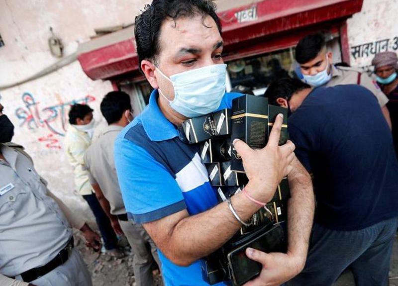 Hindistan'da 40 günlük sokağa çıkma yasağı kalktı, halk birbirini ezdi