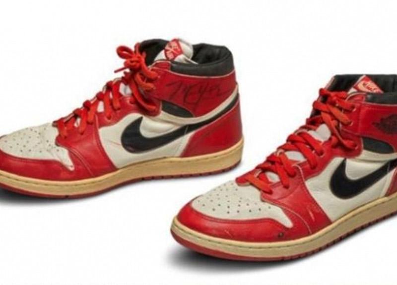 NBA efsanesi Michael Jordan'ın ayakkabısı rekor fiyata satıldı