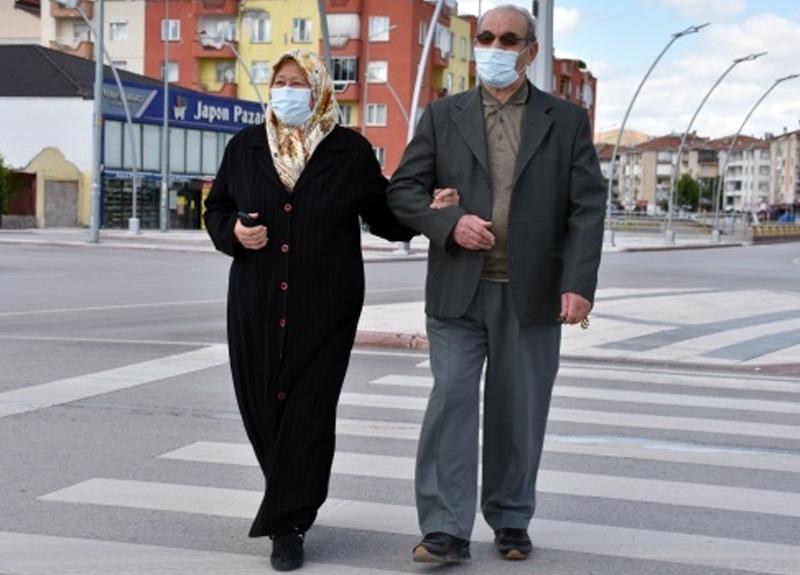Aksaray'da 65 yaş üstü vatandaşlar bayramın ilk günü sokakları doldurdu