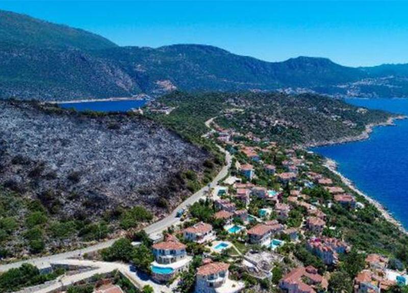 Antalya Kaş'ta çıkan orman yangını villalara 15 metre kala söndürüldü!