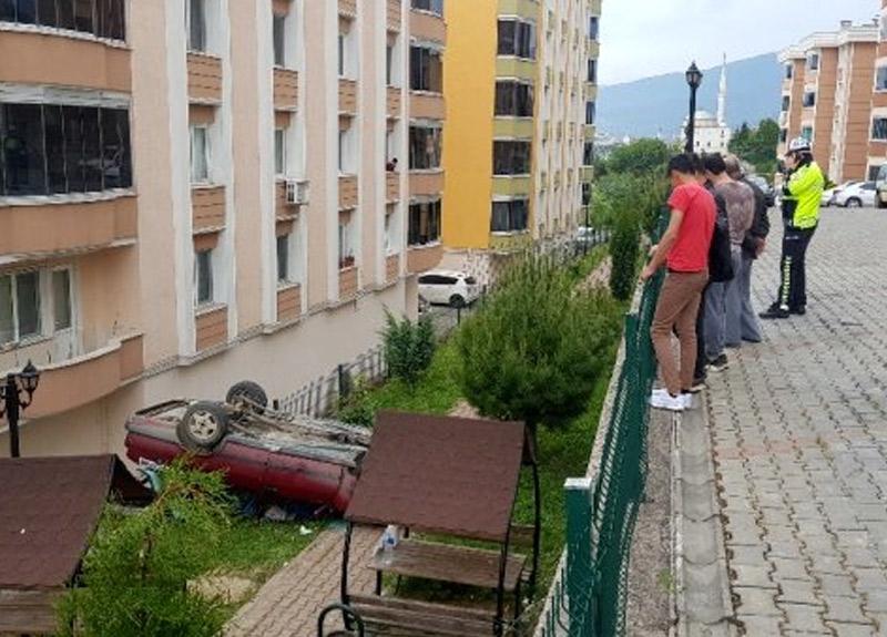 Vitesi yanlışlıkla geriye takınca 3 metrelik duvardan aşağıya uçtu