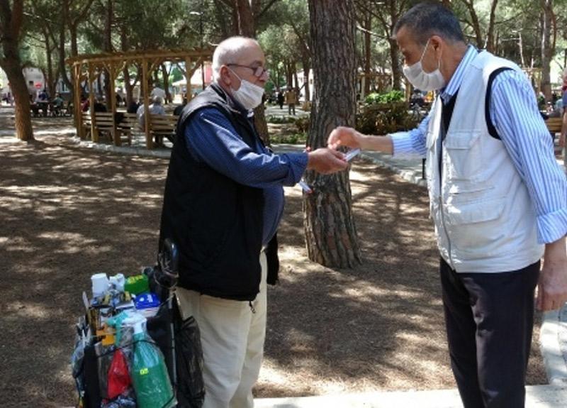 65 yaş üstü parklara akın ederken o ekmek parası için yara bandı sattı
