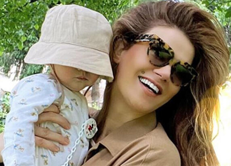 Tülin Şahin, 6 aylık kızıyla bahçe keyfi yaptı!