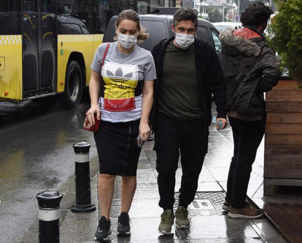 Eski futbolcu Sabri Sarıoğlu ile eşi 2.5 milyonluk araçlarıyla Bebek'te görüntülendi!