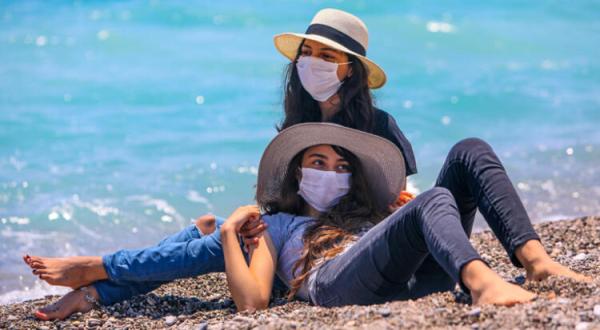 Antalya sahilinde yoğunluk! Sosyal mesafe kuralına uyuldu!