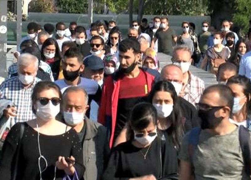 İstanbul eski günlerine geri döndü! Toplu ulaşımda koronavirüse rağmen ciddi yoğunluk yaşandı