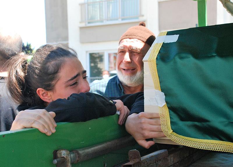 Komşusu tarafından öldürülen Ayşegül Aktürk'e kızından yürek yakan veda: Sözünü tutacağım, her şeyi yapacağım