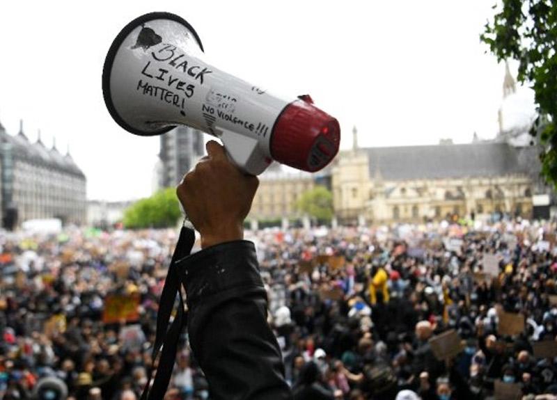 George Floyd protestoları İngiltere'yi de karıştırdı! Londra'da binlerce kişi toplandı