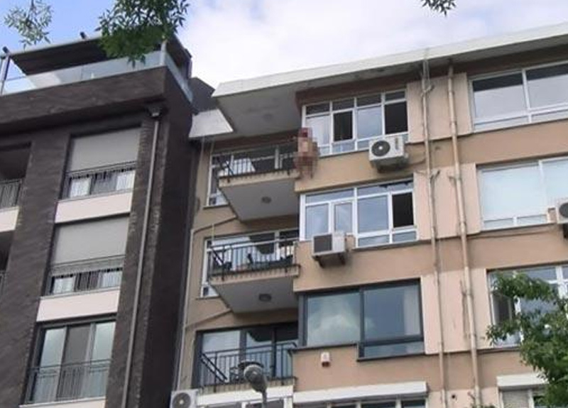 İstanbul Kadıköy'de bir kadın çırılçıplak kendini balkondan aşağıya bırakarak intihara teşebbüs etti