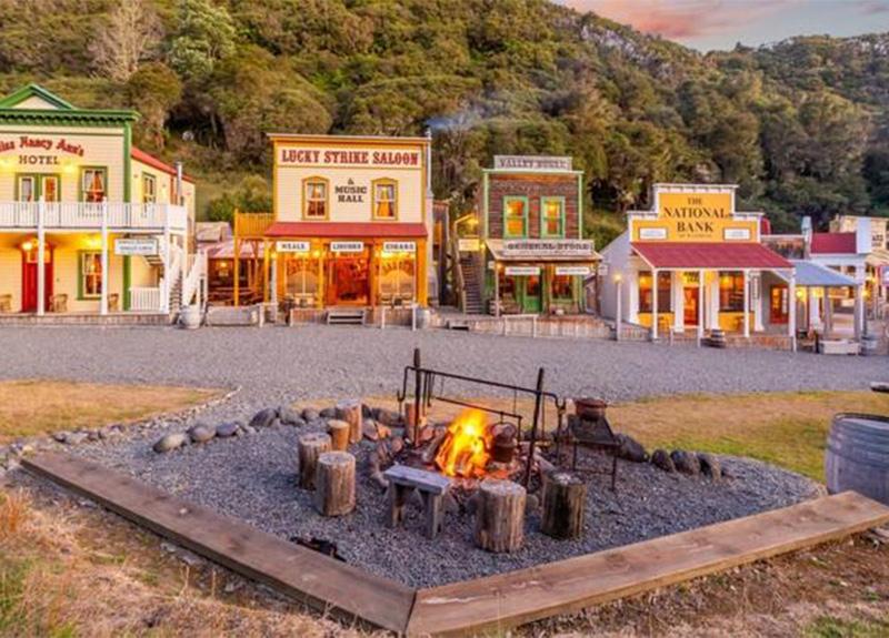 Yeni Zelanda'daki 'Vahşi Batı Kasabası' 7.5 milyon dolardan satışa çıktı!