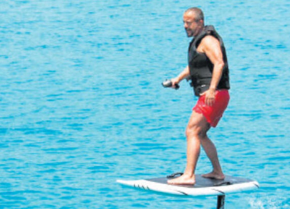 Ali Sabancı'nın Bodrum'da sörf keyfi!