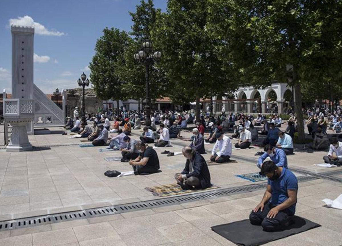 Bayram namazı camilerde kılınacak mı? Diyanet il il 2020 Kurban Bayramı namaz saatleri açıklandı!